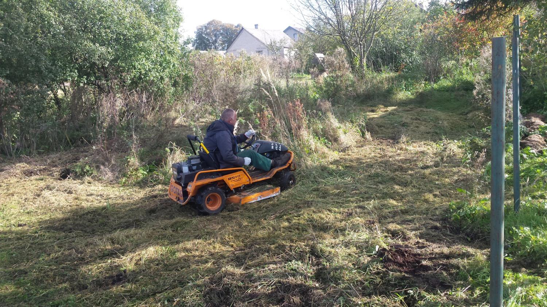 Žolės pjovimas su traktoriumi