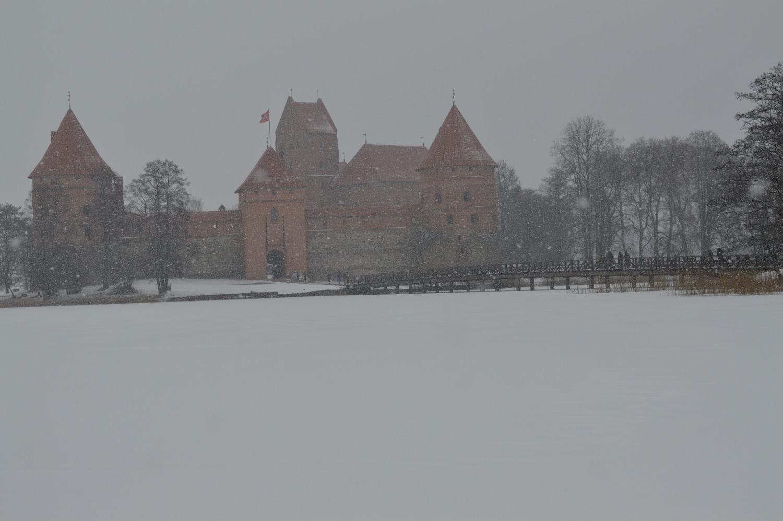 Trakų pilis pro sniegą