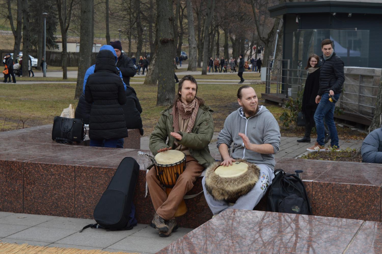 Gatvės muzikantai mušantys būgnus