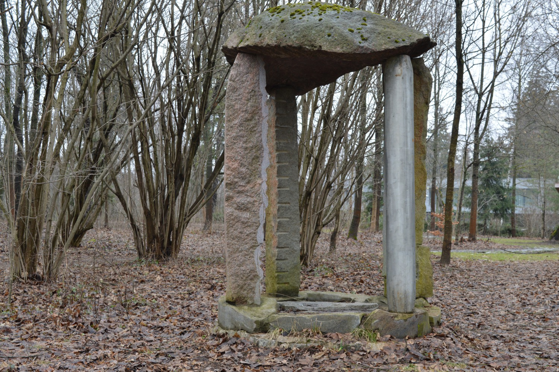 Akmens skulptūra su keturiom kojom