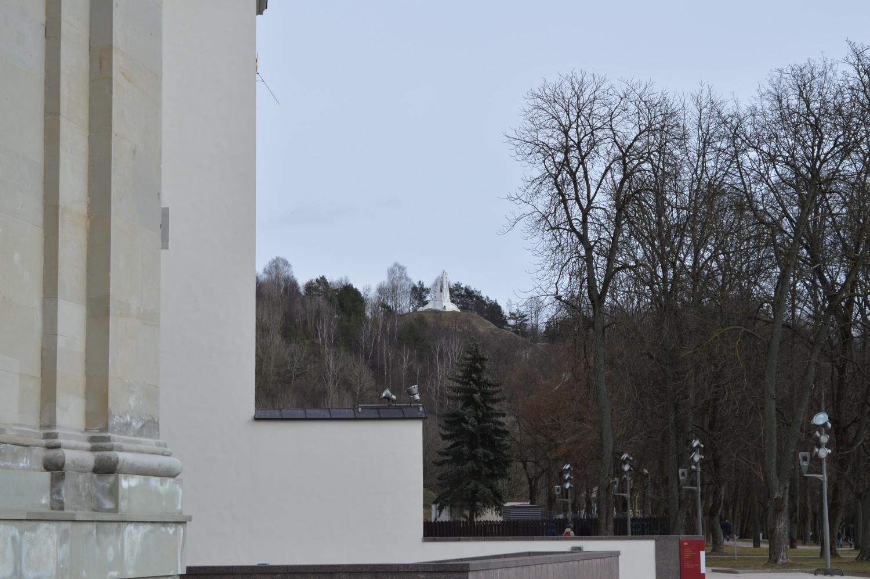 Kryžiaus kalnas pro valdovo rūmų kampą