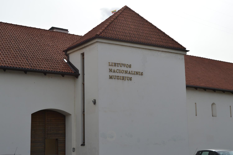 Lietuvos nacionalinis muziejus su Lietuvos trispalve