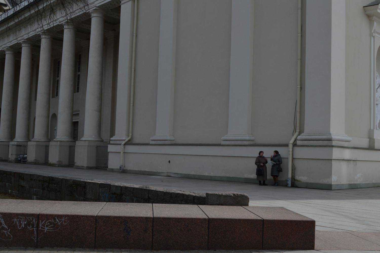 Moterys užkandžiauja šalia Katedros