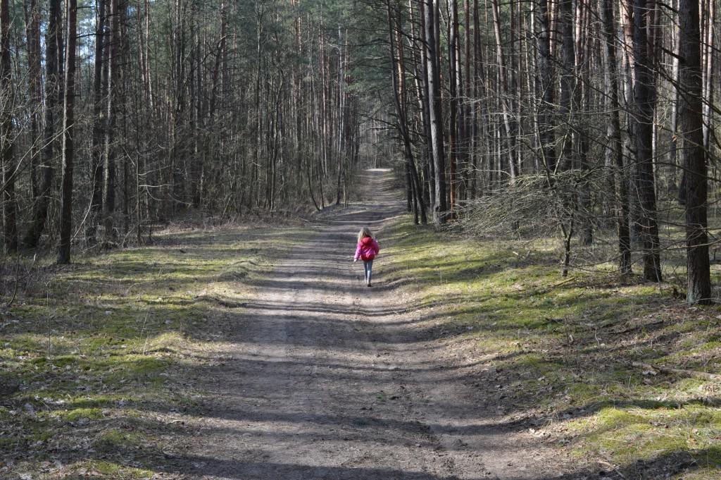 Mergaitė miške