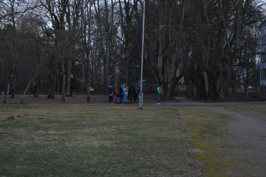 Vaikų grupė kieme