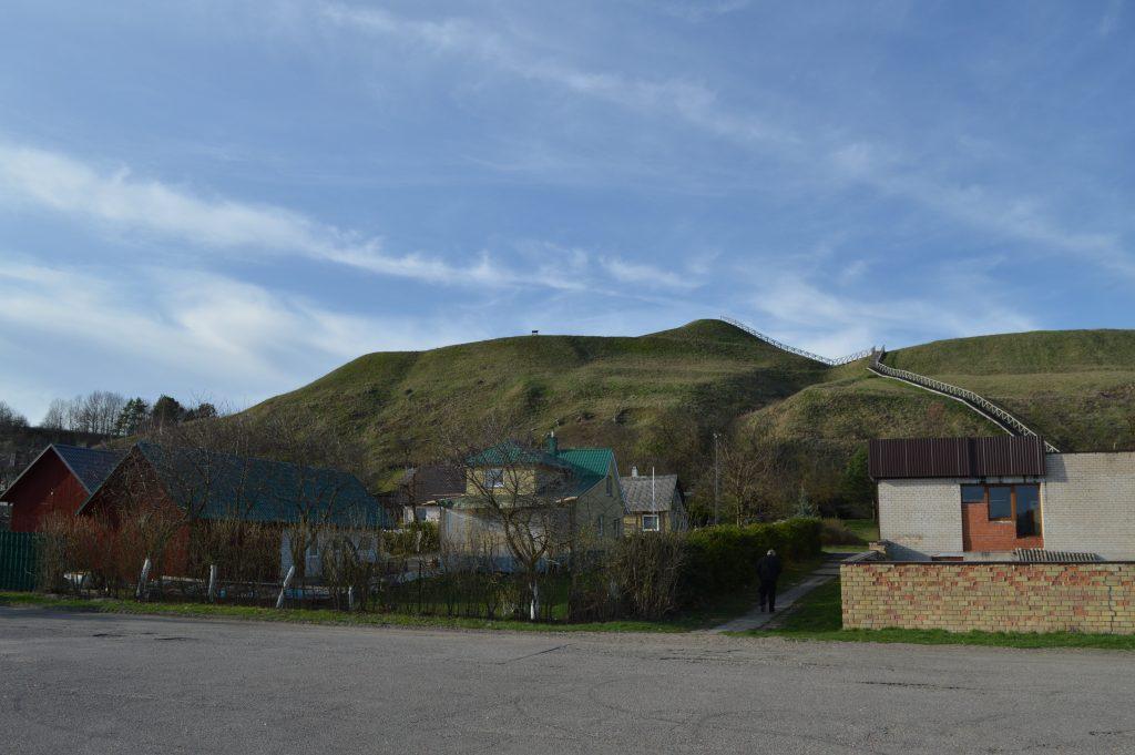 Seredžiaus piliakalnis su gyvenviete