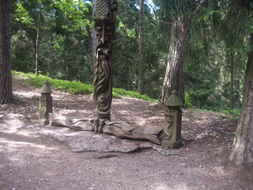 Medžio skulptūra su undinėm