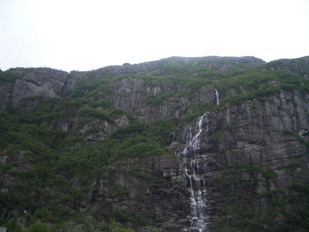 Mažas kalnų upelis