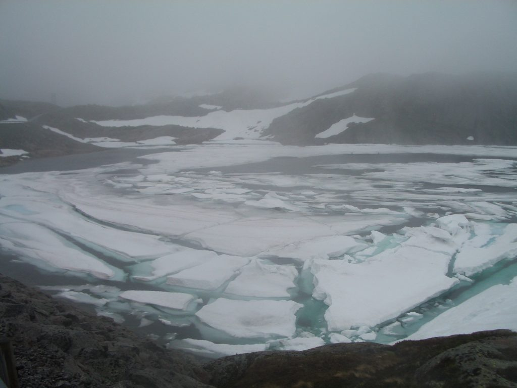 Kalnų ežeras 4 km aukštyje