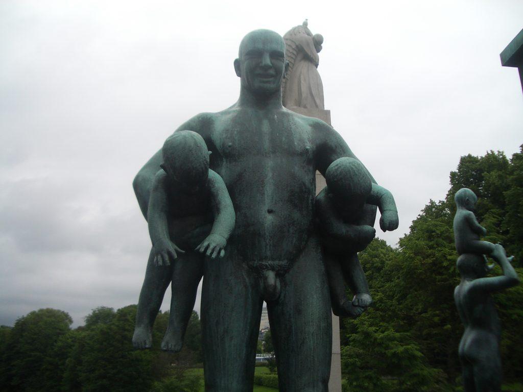 Tėvas su dviem kūdikiais