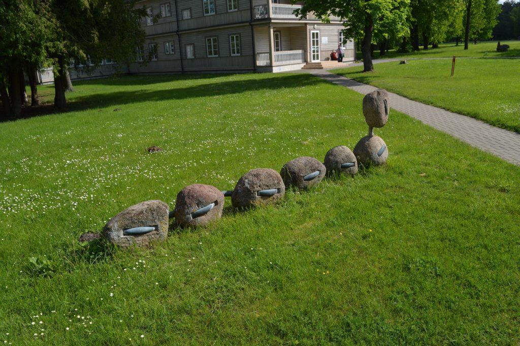 Akmens skulptūra septyni