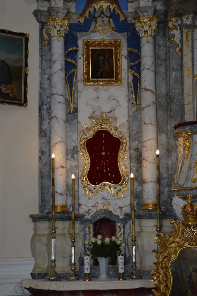 mažasis altorius iš kairės, šalia pagrindinio