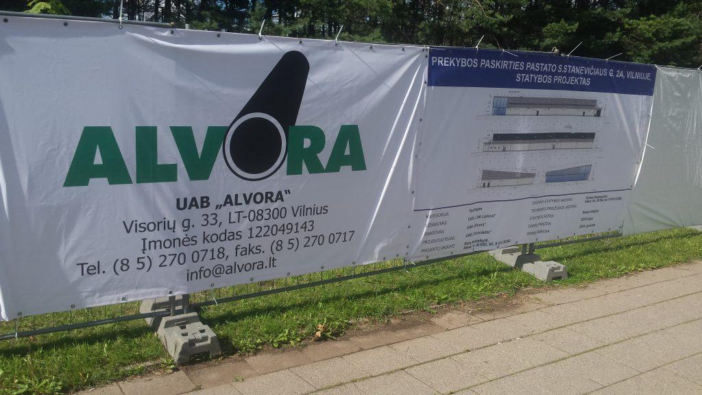 """Patirtis ir lankstumas rinkoje, suburta patyrusių, kvalifikuotų bei atsakingų specialistų komanda – taip galima apibūdinti jau dvidešimt metų statybos paslaugų rinkoje dirbančią įmonę """"ALVORA"""".  """"ALVORA"""" viena iš nedaugelio Lietuvos rinkoje esančių įmonių, kuri savo jėgomis gali atlikti tiek bendrastatybinius, tiek technologinių įrenginių, bei vamzdynų montavimo darbus.  Šiuo metu įmonėje dirba 400 darbuotojų, maždaug 80 – administracijoje, likę – techniniai darbuotojai. Įmonė džiaugiasi bei didžiuojasi tuo, jog darbuotojų kaita vyksta retai, komanda ne tik kvalifikuota, tobulėjanti, tačiau ir lojali.  """"ALVORA"""" kasmet sparčiai auga, neapsiribodama tik Lietuva. Didinant teritorinės veiklos sritis, nutarta plėstis į Rusijos Federacijos rinką, todėl 2000 metais Kaliningrado srityje įkūrėme įmonę """"ALVORA-BALT"""". 2001 metais Baltarusijos Respublikoje, Bresto mieste, įsteigėme dukterinę įmonę """"ALVORA-BEL"""", o 2009 metais atidaryta """"ALVORA"""" atstovybė Minske.  Tūkstančiai žmonių gali naudotis šiuolaikiškais įmonės pastatytais statiniais, tarp kurių yra:      prekybos ir pramogų, turizmo, kino centrai;     ledo rūmai, bei arenos;     plaukimo baseinai;     didžiausi logistikos centrai;     cechai;     fabrikai;     viešbučiai;     automobilių servisai;     ir t.t.   Stipri, patikima, kompetentinga įmonė """"ALVORA"""" – daug pasiekusi ir siekianti dar daugiau statybos, bei montavimo bendrovė, kurios tikslas būti geriausia iš geriausių!"""