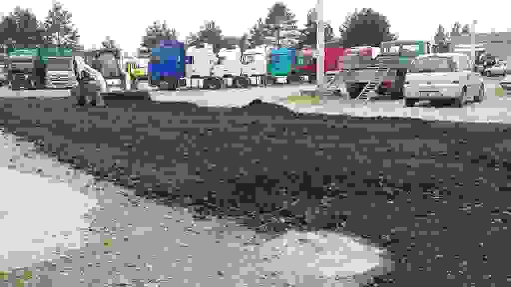 Bobkatas lyginą seną asfaltą