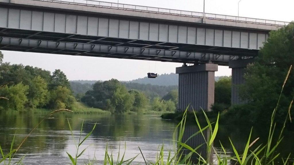 Fotelis kabantis ant tilto