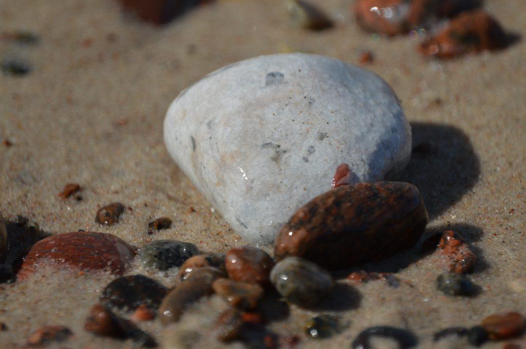 Jūros akmenys baltas