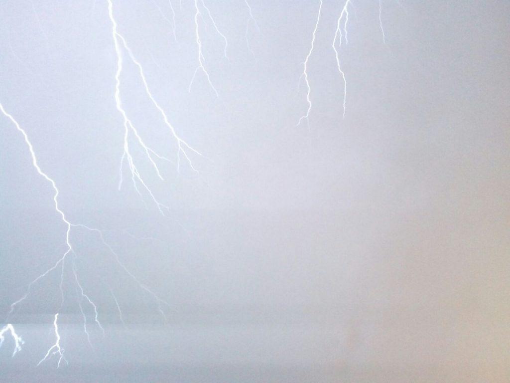 žaibas danguje