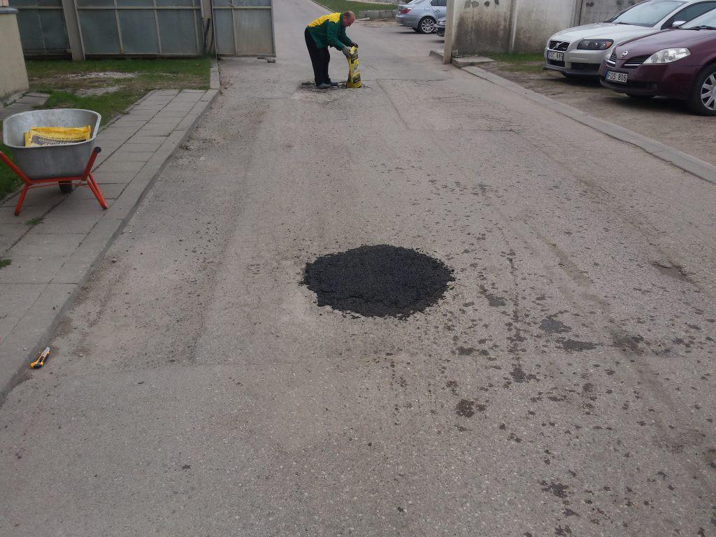 sutrumbuotas asfaltas